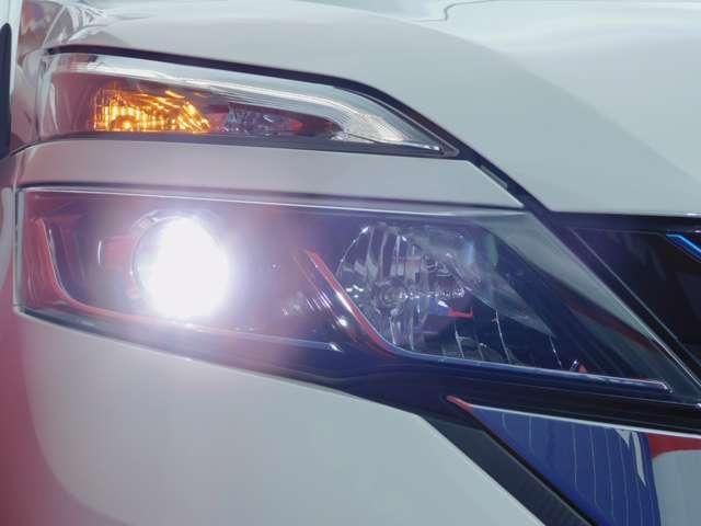 右ヘッドランプ画像です。LEDヘッドランプ ハロゲンヘッドランプの約2倍の光量でより明るく遠くを照らし、夜間走行時の視認性を高めるとともに長寿命や省電力も魅力です。