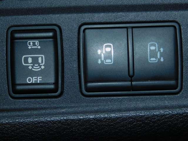 両側ハンズフリーオートスライドドア インテリジェントキーを携帯していればスライドドアの下に足先を入れて引くだけでドアが自動でオープンまたはクローズします。