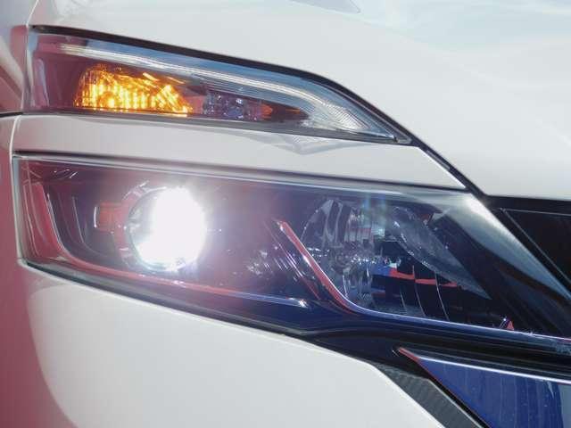右LEDヘッドランプ画像です。ハロゲンヘッドランプの約2倍の光量でより明るく遠くを照らし、夜間走行時の視認性を高めるとともに長寿命や省電力も魅力です。