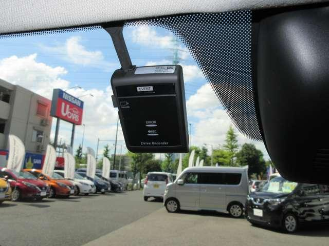 ドライブレコーダー 運転を常時記録し、万一の際の安全運転を確認できます。