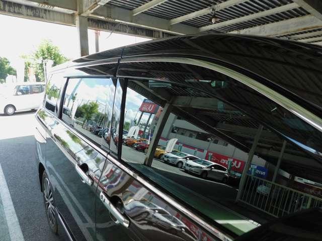 プラスチックバイザー 小雨時にもウインドウガラスを少し開けて、車内の換気ができます。