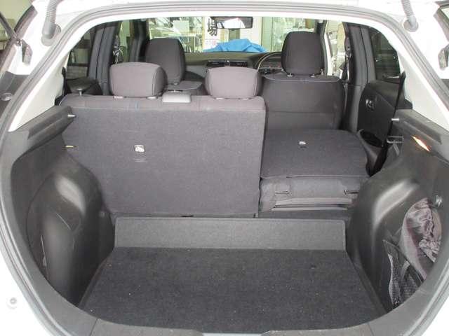 分割可倒式リヤシート 乗車人数に合わせてラゲッジルームをフレキシブルに使うことができます。