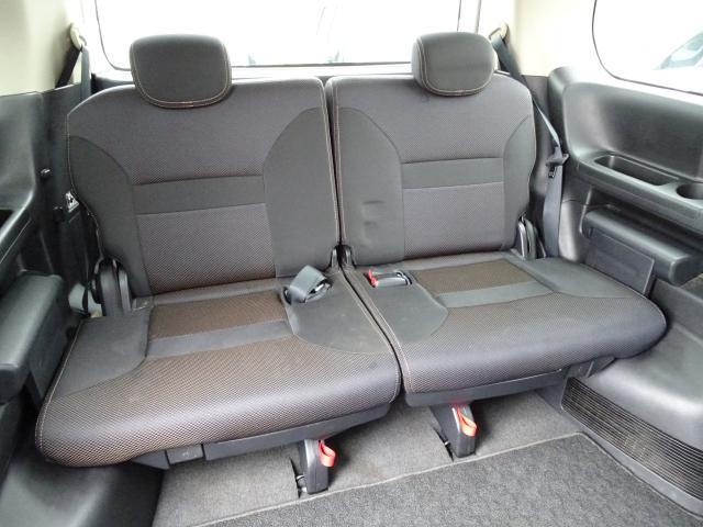 サードシートは左右分轄で両サイドにホップアップ式 荷室を広げたいときに有効〜