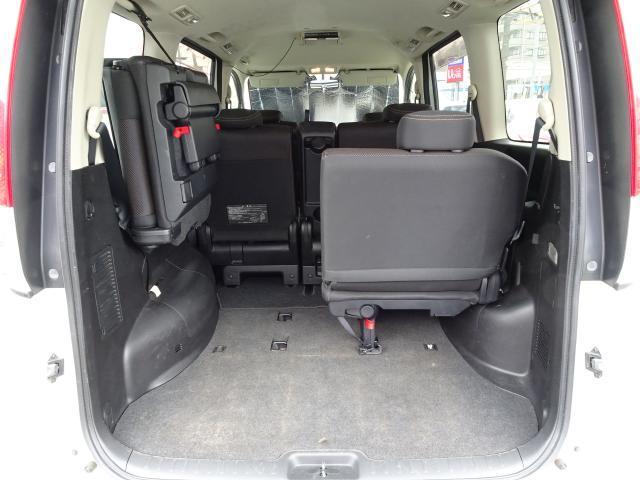サードシートは左右分轄で両サイドにホップアップ式 用途に合わせてアレンジすれば、スペースも有効活用〜