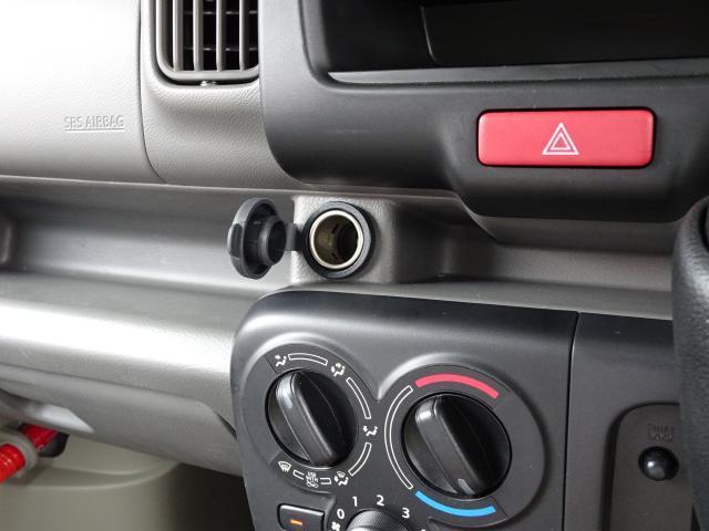 ダッシュボードの中央部には、12V電源ソケットがあります〜 車内で電気機器の使用やスマホの充電には欠かせません〜♪