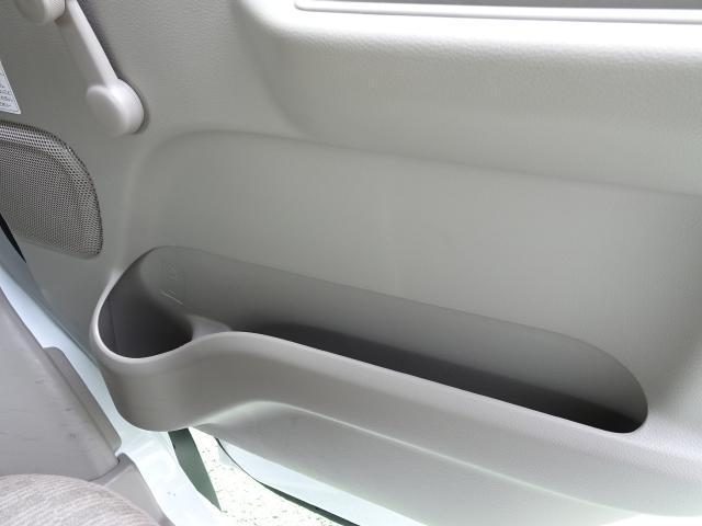運転席・助手席のドア内張りには、500mlのペットボトルが入るホルダーがあります〜 クルマが大きく揺れても安心〜♪