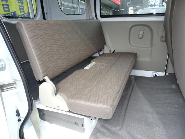 セカンドシートはフラット形状でクルマの乗降りも簡単〜