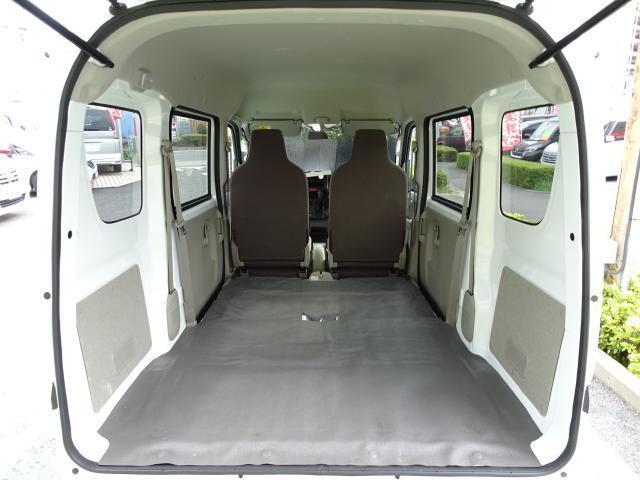 リヤシートは前方可倒式 バックドア開口部からフルフラットになります〜 この状態で、荷室フロア長:1955mm!! ボードもOK〜