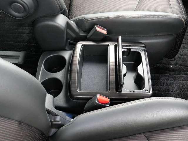フロントシートの中央部には、ホールド性のよいカップホルダーと収納ボックスがあります〜  すぐ手の伸ばせる場所で便利〜