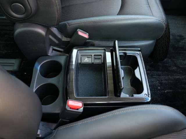 フロントシートの中央部には、ホールド性のよいカップホルダーと収納ボックスがあります〜 すぐ手の伸ばせる場所で便利〜 100Vコンセント・USBコネクター配備でデバイスにも対応〜