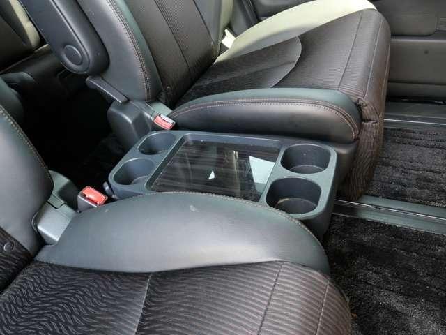 セカンドシートの中央部にはワンタッチでセットできるテーブルトレイ&カップホルダーがあります〜 ドライブスルーや休憩時に役立ちます〜