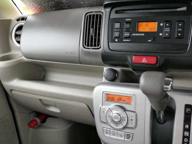 ダッシュパネエルの中央部には12V電源ソケットがあります〜 車内で電気機器の使用やスナホの充電には、欠かせません〜♪