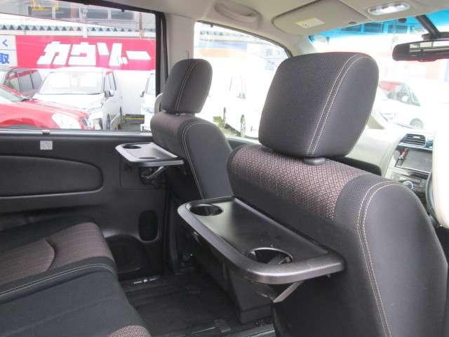 後席シート前に便利なシートバックテーブルが有ります