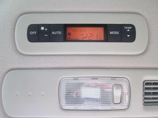 後席でも温度調節ができるフルオートエアコン