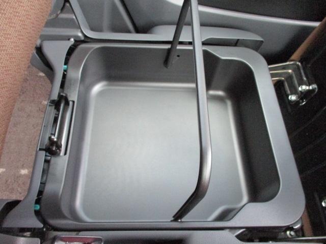 助手席の座面の下に脱着可能な収納スペースあります☆