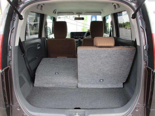 分割可倒式リアシートなので、シートを倒すと荷室が更に広がります。片側だけ起こして座ることもできます☆