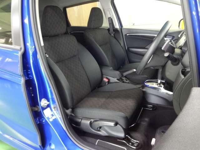 充分な広さを確保した、快適な前席!特に足元の広さをおわかり頂けますか?アームレストを装備していますので、長距離ドライブでも快適です!