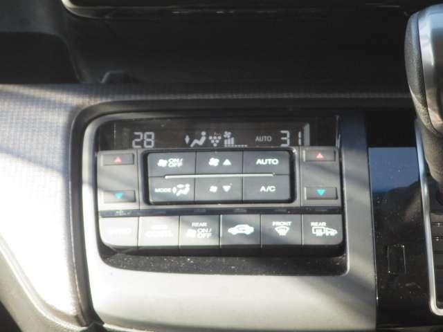 お好みの温度にセットしておくだけで、風量や冷暖房を自動でコントロール!常に快適なドライブをお約束します!プラズマクラスターも装備しています。