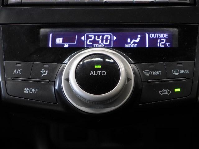 お好みの温度を設定すれば、お任せで室内空間を快適に保ってくれるオートエアコンを装備。
