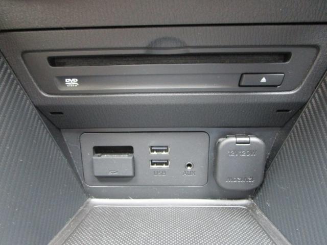 【USBジャック】お持ちのUSBケーブルを挿入させれば、スマートフォンなどと接続させて内蔵のミュージックなど聴くことも可能!