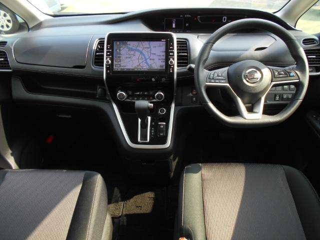 運転席 助手席:広々とした室内は運転しやすさと質感と機能を高めています。 セレナ2000ハイウェイスターVセレクション