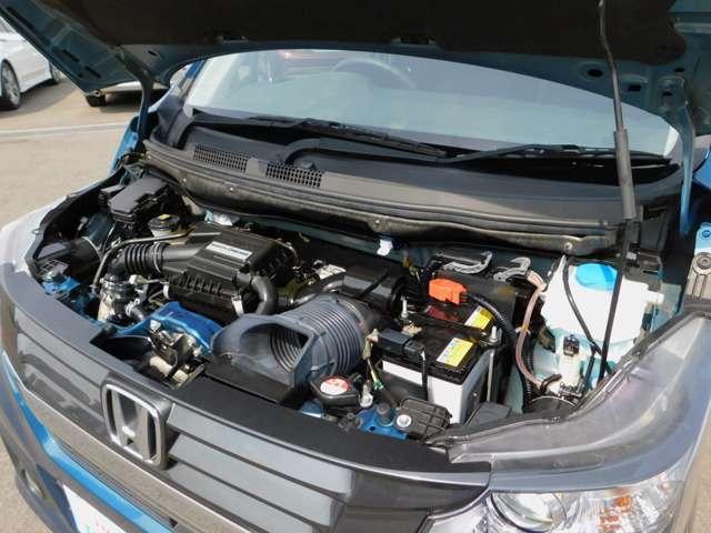 DOHCエンジンに、高性能ターボチャージャーを加えたユニット。トルク特性に優れるうえ、2,600rpmの低回転で最大トルクを発揮し、優れた発進加速性能を実現。