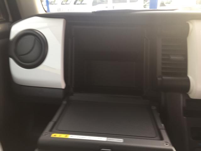 助手席前方のインパネ部分には小物入れがございます。助手席シート下のボックスに加えて大きな便利な収納スペースになります!