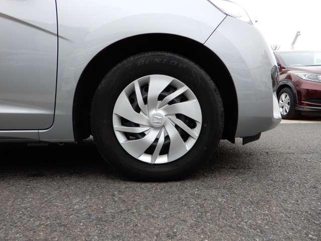 フロントタイヤの写真です。フルホイールキャップ仕様になっています。