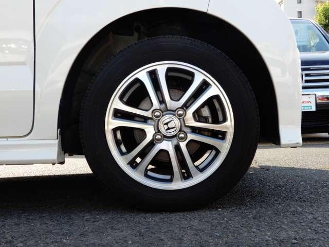 フロントタイヤの写真です。純正アルミホイール仕様になっています。