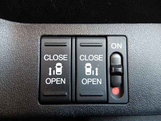 運転席右側に電動スライドドアのスイッチがついています。