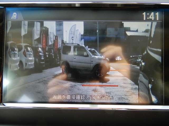左折時にウインカーを出すと、左後方をサイドカメラが映し出します。
