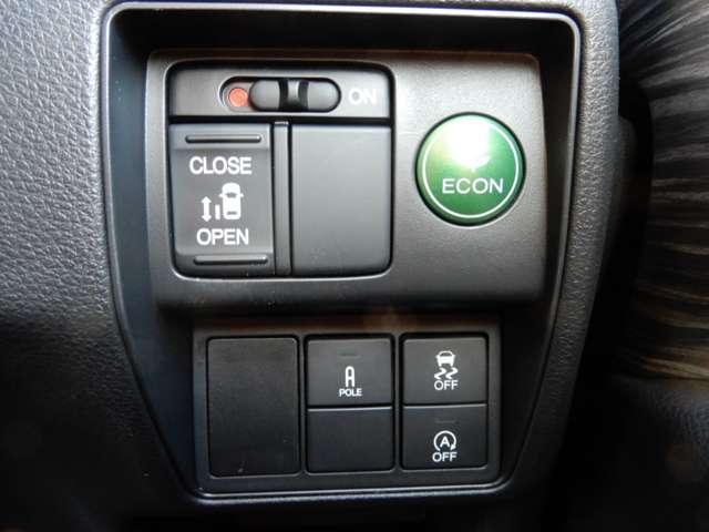 運転席右側に電動スライドドアのスイッチやリモコンコーナーポールのスイッチ等がついています。