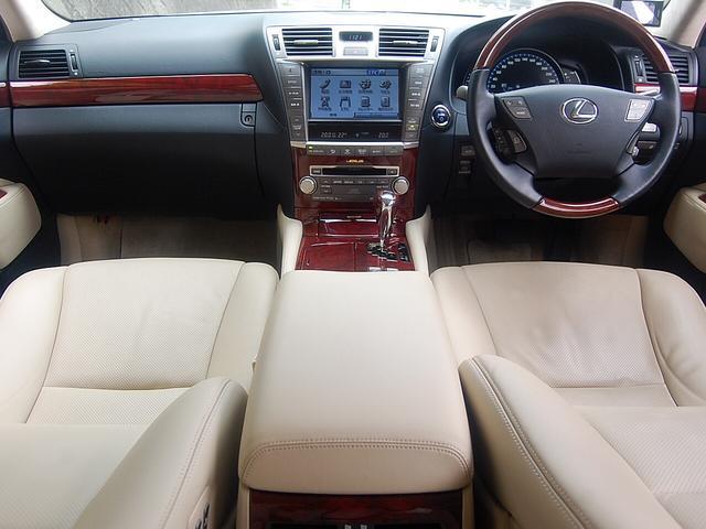 内外装非常に良質な車両です。エアロ、カールソン、メッキ部品、エアサスKIT、地デジ対応、他装備の車両で遠方の方にも安心して御薦め出来ます車輌です!