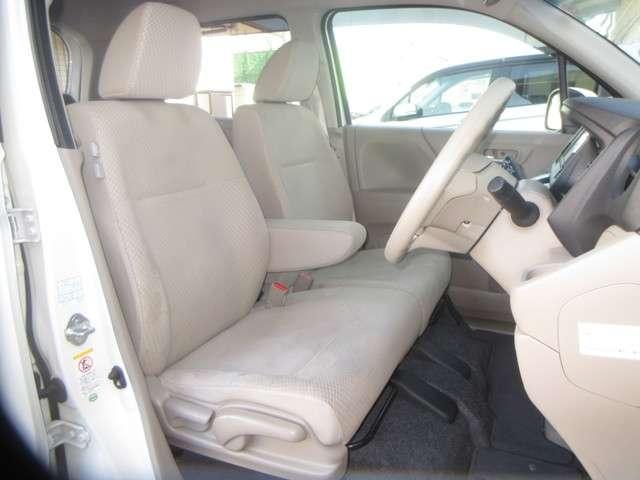 フロントシートは、前方をしっかり見渡せるよう、シート座面を高めに設定。サイド部も身体全体をサポートする形状です。シート表皮にダニやスギ花粉などのアレルゲン物質が付着した際、その活動を抑制します。