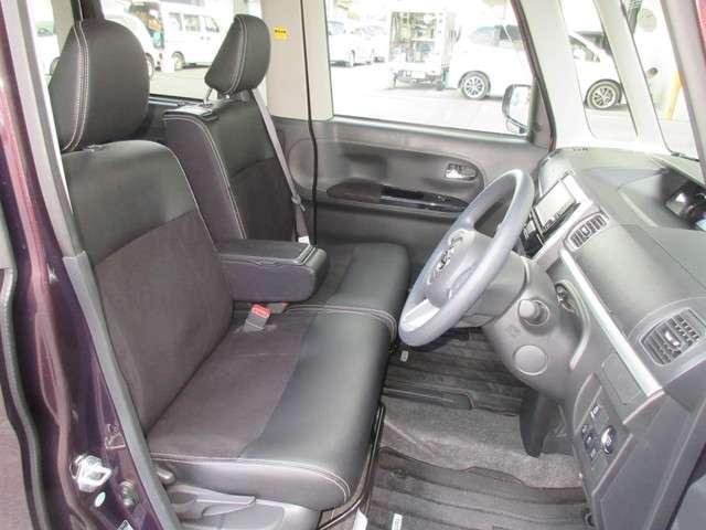 フロントシートの空間は開放感を、リアシートの空間は安心感と荷室の使いやすさを追求したインテリアデザインです。広々室内も特徴の一つです!また、助手席はテーブルにもなり便利です!