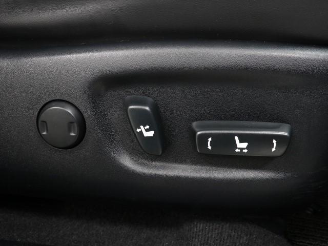 スイッチ一つでシート調整可能な電動パワーシートです。 細かい調整ができるので、何時でも思い通りのポジションが取れますね。