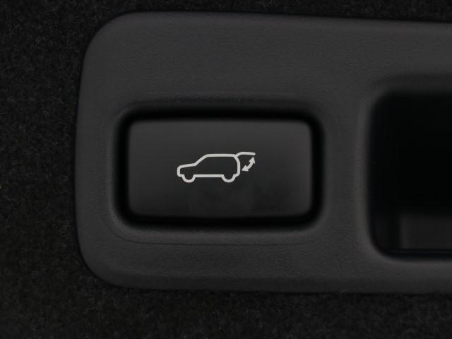 電動式バックドアなのでボタン一つで開け閉めできるので便利ですよ。 挟み込み防止機能も付いてるのでお子様の手や荷物を挟み込むのを防いでくれます。