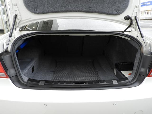 M3クーペ 4.0L V8 7速DCT 19インチアルミホイール アクラボビッチマフラー カーボンルーフ&リップスポイラー 電子制御ダンパーコントロール パドルシフト 電動シート シートヒーター 電動リアシェード(14枚目)