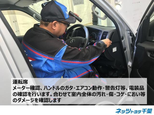 認定検査員が車両検査を行っております!運転席の確認もしております。メーターの確認、ハンドル・エアコン動作・警告灯等、電装品の確認を行います。合わせて室内全体の汚れ・傷・コゲ・におい等を確認します。