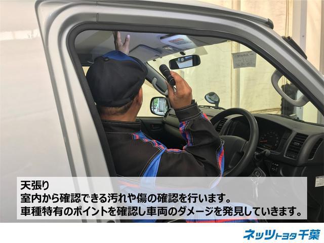 認定検査員が車両検査を行っております!天張りの確認もしております。室内から確認できり汚れや傷の確認を行います。車種特有のポイントを確認し車両のダメージなどを確認します。