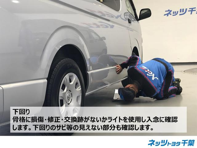 認定検査員が車両検査を行っております!下回りの確認もしております。骨格に損傷・修正・交換跡がないかライトを使用し入念に確認します。その時に下回りのサビ等の見えない部分の確認も行っております。