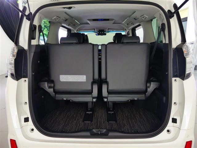 【シートアレンジ】リヤのシートは分割式で倒れます。全部が倒れないので必要な容量分だけ荷室を拡張できますよ。