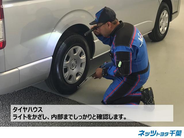 認定検査員が車両検査を行っております!タイヤハウスの確認もしております。ライトをかざし内部までしっかりと確認します。