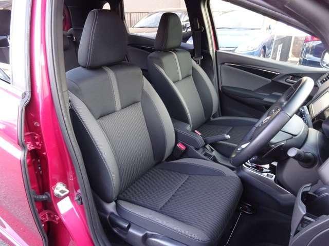 運転席は座面の高さを調節することができます。運転しやすい快適なドライビングポジションで安全運転できます。