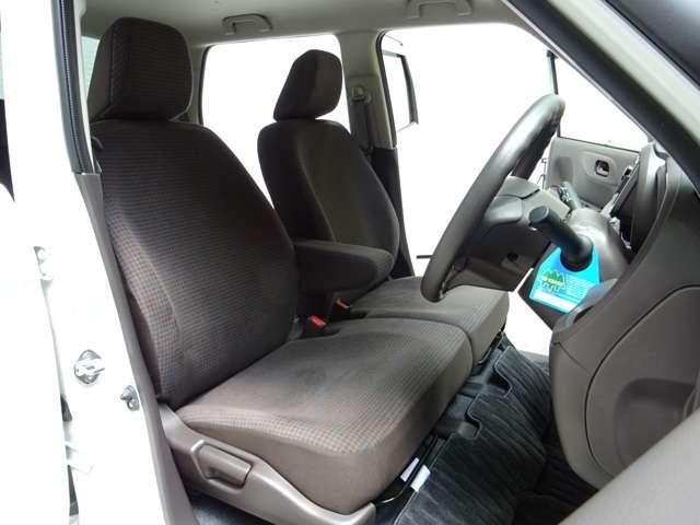 フロントベンチシートだから運転席助手席足元もゆったり広々快適です 助手席への移動もラクラクです