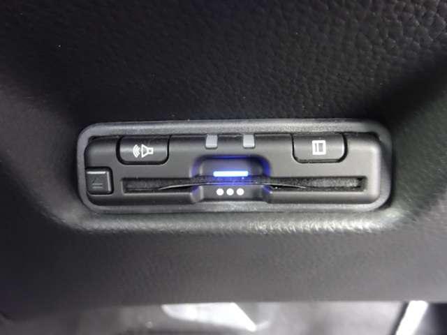 e:HEVホーム 当社デモカー ドラレコ 8インチナビ スマートキー アイドリングストップ 衝突被害軽減ブレーキ 元試乗車 LEDヘッドライト Rカメラ オートエアコン オートハイビーム キーレス 地デジ CD ETC(13枚目)