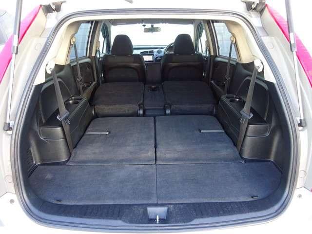 2,3列を収納すると大人が横になれるくらい広い荷室になりますので、ドライブで疲れたときに仮眠をとることもできます。