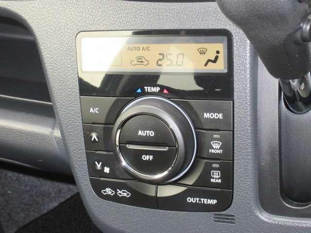 手の届きやすい所で簡単操作のダイヤル式空調コントロールパネル。運転席・助手席で温度調整が出来るオートエアコン付きでオールシーズン快適にドライブできます。快適空間で楽しいお出かけ、何処に行きましょう♪