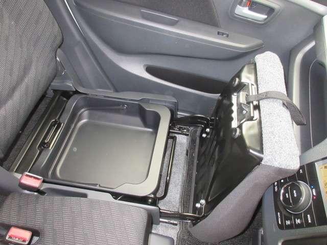 助手席下には、収納BOXが装備されておりシューズなどをしまって置くことが出来ます。また取り外せますので汚れ物を洗い場まで持って行けて便利ですね!