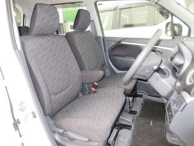 フロントシートは、前方をしっかり見渡せるよう、シート座面を高めに設定。サイド部も身体全体をサポートする形状になっています。乗り心地もいいですよ〜!